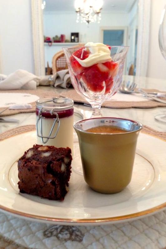 Morangos com chantilly, brownie e panna cotta