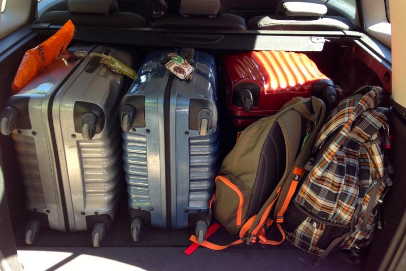 Porta-malas com 2 malas médias, 2 malas pequenas e 2 mochilas