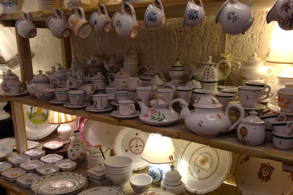 Muitas louças em uma prateleira