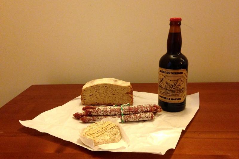 Uma parada para um lanche em Moustiers. Pão vinho e salame.