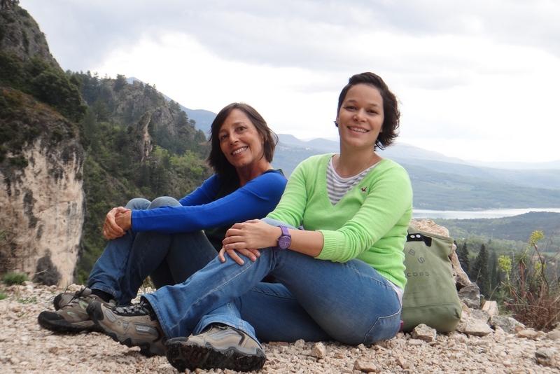Bete Freitas e Roberta Freitas sentadas na linda vista de Moustiers Sainte Marie Nos