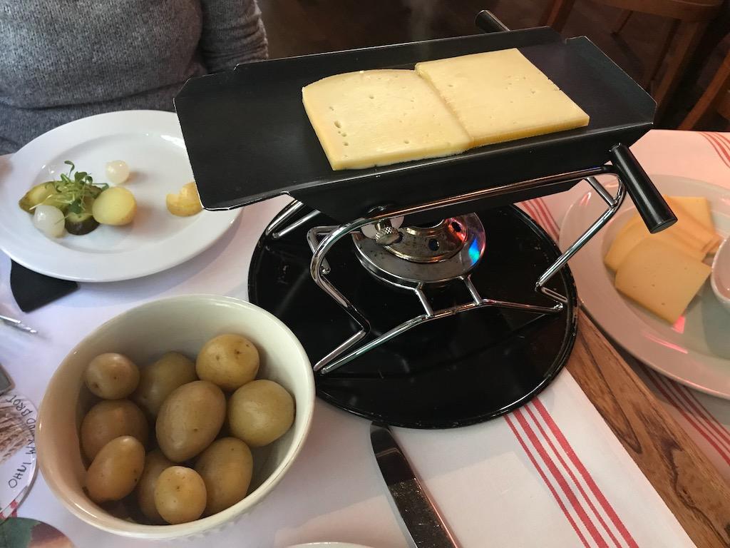 O que comer na suíça raclette